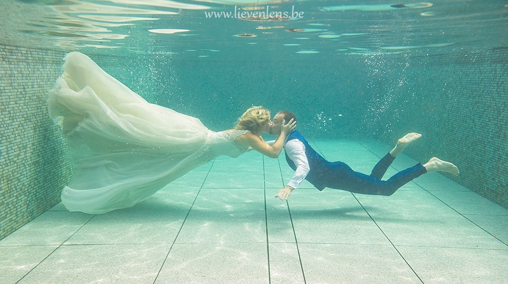 wedding photo's under water